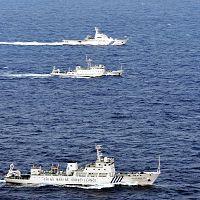 du日本の領海を航行するduの海洋監視船(手前)と、追尾する海上保安庁の巡視船.jpg