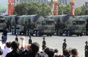 核兵器搭載可能な大陸間弾道ミサイル「東風31A」を積載したトレーラー.jpg